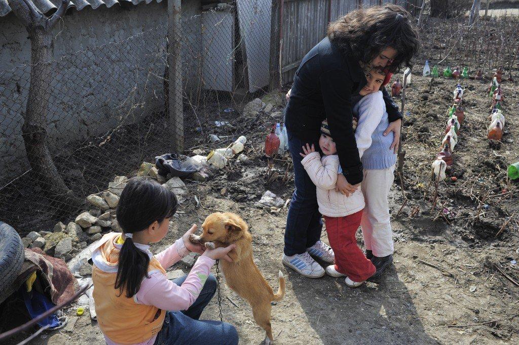 Diana o ia în braţe întâi şi-ntâi pe sora ei mai mică, de doi ani. Aceasta este ca o păpuşă. Diana se joacă numai cu ea tot timpul cât stă acasă. Ce fricită este Diana!