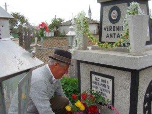 Domnul Albert pune flori la monumentul cumnatei
