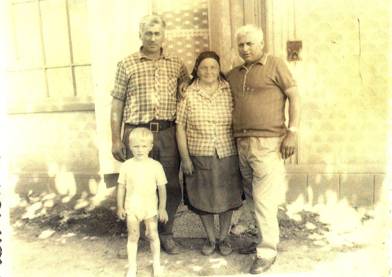 În stânga, moș Ion