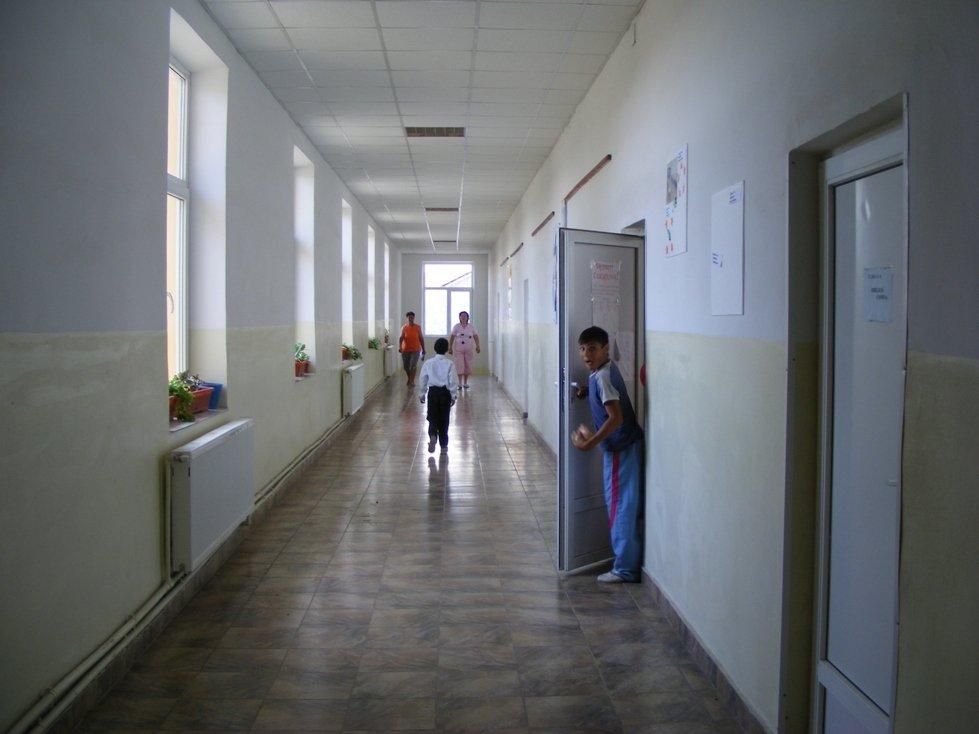 O școală mare și frumoasă înseamnă buget mare și comisioane pe măsură.