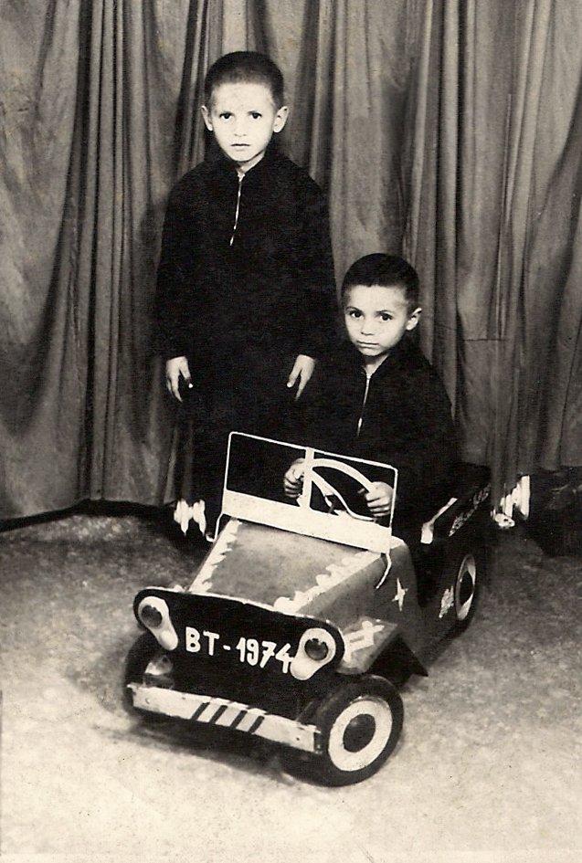 Cu fratele meu Dănuț. L-am lăsat pe el la volan, că era mai mic și plângea mai convingător. Ne-a scos mama la plimbare în Botoșani, ne-a luat haine noi, ne-a dus și la pe la fotograf. Erau vremuri frumoase. Peste numai un an se dârâma totul: ajungeam la casa de copii. Întâi eu, apoi și Dănuț.